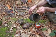 Preparación de la bebida del compañero del yerba en bosque Foto de archivo libre de regalías