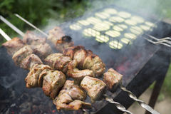 Preparación de la carne y de verduras deliciosas y sabrosas de cerdo en parrilla Imágenes de archivo libres de regalías