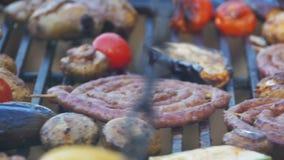 Preparación de la carne y de verduras en la parrilla Cámara lenta almacen de metraje de vídeo
