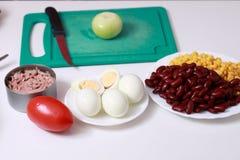 Preparación de la cebolla en la cocina Foto de archivo