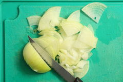 Preparación de la cebolla en la cocina Fotos de archivo libres de regalías