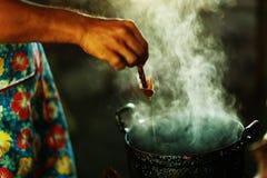 Preparación de la cera derretida para la pintura del batik Fotografía de archivo