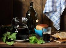Preparación de la cerveza de centeno del pan de centeno con las hojas de menta y c negra Foto de archivo libre de regalías