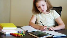 Preparación de la preparación de la colegiala Muchacha seria que aprende lecciones de las matemáticas El enseñar casero almacen de video
