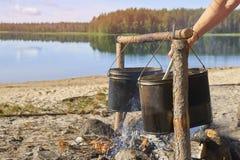 Preparación de la comida en el fuego en un alza Fotografía de archivo