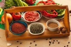 Preparación de la comida para los veganos, verduras con las especias Foto de archivo