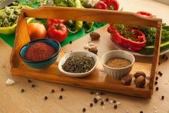 Preparación de la comida para los veganos, verduras con las especias Imagen de archivo
