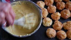 Preparación de la crema de pasteles de las natillas en un cuenco, pastelería del ingrediente metrajes