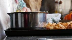 Preparación de la crema de pasteles de las natillas en un cuenco, pastelería del ingrediente almacen de video