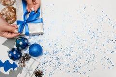 Preparación de la decoración de la Navidad y de la opinión superior de los regalos fotografía de archivo