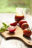 Preparación de la ensalada con el tomate Fotos de archivo