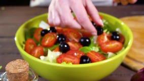 Preparación de la ensalada de las verduras frescas Cámara lenta almacen de metraje de vídeo