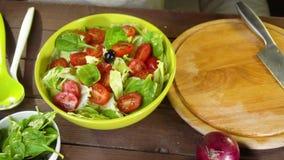 Preparación de la ensalada de las verduras frescas Cámara lenta metrajes