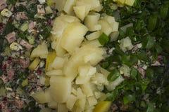 Preparación de la ensalada de verduras y de la salchicha Imagenes de archivo