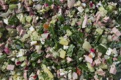 Preparación de la ensalada de verduras y de la salchicha Fotografía de archivo