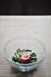Preparación de la ensalada vegetariana, de un cuenco de verduras tomate y del pepino fotos de archivo libres de regalías