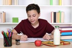 Preparación de la escritura del estudiante en la escuela Imagen de archivo libre de regalías