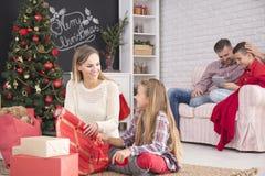 Preparación de la familia para la Navidad Foto de archivo