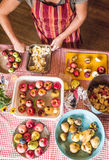 Preparación de la fruta para la deshidratación Imagen de archivo libre de regalías