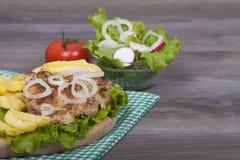 Preparación de la hamburguesa hecha en casa deliciosa del pollo Fotografía de archivo