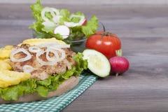 Preparación de la hamburguesa hecha en casa muy sabrosa del pollo con las fritadas Imagenes de archivo