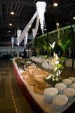 Preparación de la línea de la comida fría del banquete Imagenes de archivo