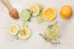 Preparación de la limonada hecha en casa Fotografía de archivo