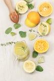 Preparación de la limonada hecha en casa Imagen de archivo
