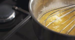 Preparación de la mantequilla de ebullición de la salsa del bechamel Fotos de archivo