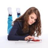 Preparación de la matemáticas de la muchacha del adolescente con la calculadora Fotografía de archivo libre de regalías
