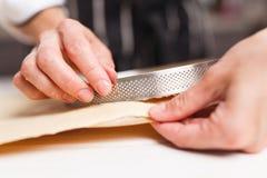 Preparación de la pasta para la tarta Fotografía de archivo