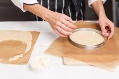 Preparación de la pasta para la tarta Fotografía de archivo libre de regalías