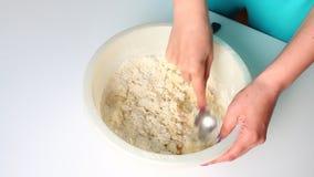 Preparación de la pasta para las bolas de masa hervida perezosas E almacen de metraje de vídeo