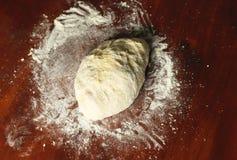 Preparación de la pasta para las pastas hechas a mano frescas imagen de archivo