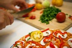 Preparación de la pizza Foto de archivo libre de regalías