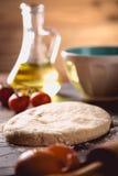 Preparación de la pizza casera en la tabla de madera con los ingredientes fotos de archivo libres de regalías