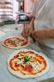 Preparación de la pizza clásica Margherita en pizzería tradicional en Nápoles imagenes de archivo