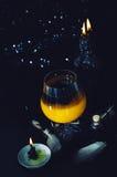 Preparación de la poción mágica Bebidas de Halloween Imágenes de archivo libres de regalías