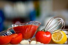 Preparación de la salsa conmovedora del tomate Foto de archivo