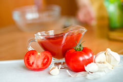 Preparación de la salsa conmovedora del tomate Fotos de archivo