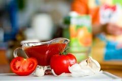 Preparación de la salsa conmovedora del tomate Foto de archivo libre de regalías
