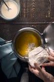 Preparación de la salsa del veloute en la vertical de madera de la tabla Fotos de archivo libres de regalías