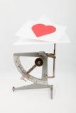 Preparación de la tarjeta de una tarjeta del día de San Valentín imagenes de archivo