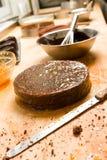 Preparación de la torta de chocolate con el relleno Fotografía de archivo libre de regalías