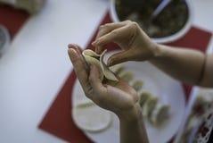 Preparación de las bolas de masa hervida chinas 3 Foto de archivo