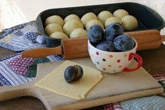 Preparación de las bolas de masa hervida de la fruta rellenas con los ciruelos Foto de archivo libre de regalías