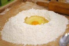Preparación de las bolas de masa hervida - tortas delicadas fotos de archivo