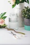 Preparación de las flores de corte para las piezas centrales formales de la tabla Foto de archivo libre de regalías
