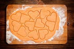 Preparación de las galletas en forma de corazón Fotografía de archivo libre de regalías