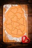Preparación de las galletas en forma de corazón Imagen de archivo libre de regalías